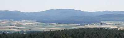 Blick vom Christenberg im (Ostnord-)Osten auf das 592m hohe Arennest - Ausschnitt eines Bildes aus Wikipedia