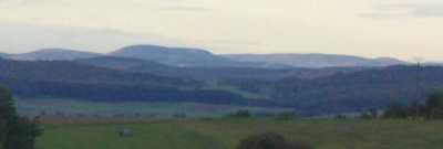 Blick von oberhalb Todenhausens (26-33km südsüdöstlich) auf Hohe Seite (753m), Bollerberg, Reetberg (792m, langgezogen) und Schloßberg (790m, kuppig)