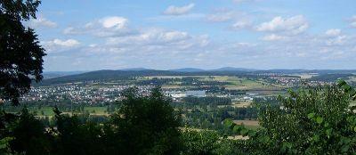Blick von der 365m hohen Amöneburg auf Kirchhain und den Burgholz (380m), im Hintergrund der Kellerwald - Bild aus Wikipedia