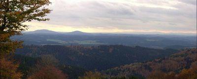 Blick vom 25km (ost-)nordöstlich gelegenen Simmersberg im Thüringer Wald auf Großen (links, 679m) und Kleinen (642m) Gleichberg (links) sowie die Rhön (rechts) - Bild aus Wikipedia