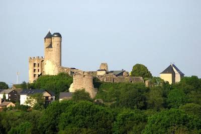 Die Höhenburg Greifenstein im Dillwesterwald - Bild von SBT (Wikipedia)