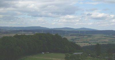 Hohes Lohr (657m), Jeust (585m) und Wüstegarten (675m) vom Burgholz im Süden aus - Bild aus Wikipedia