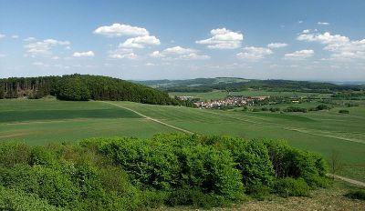 Blick vom 634m hohen Knüllkopf zum 636m hohen Eisenberg  - Bild aus Wikipedia