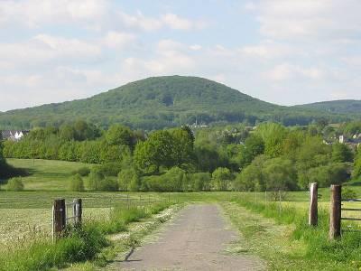 Der Malberg (422m) im Niederwesterwald von Süden aus - Bild von Holgi44 (Wikipedia)