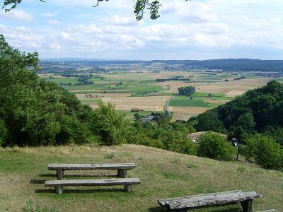 Blick von der Amöneburg auf den Vorderen Vogelsberg mit der 407m hohen Mardorfer Kuppe (rechts); im Hintergrund links der Hohe Vogelsberg - Bild aus Wikipedia